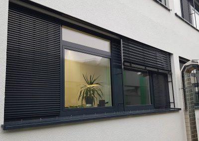 Aluminiumfenster, Ansicht mit Jalousien und Lüftungsgitter