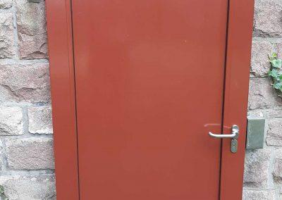 Aluminiumtüren und Mauerabdeckung in Bruchsteinmauer