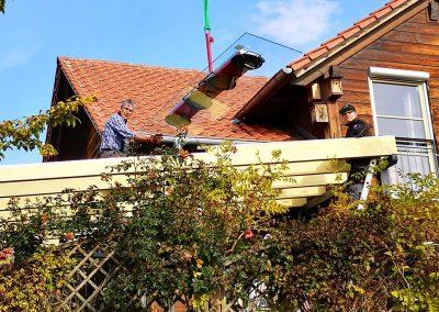 Dachverglasung mithilfe eines Krans und einer Sauganlage.